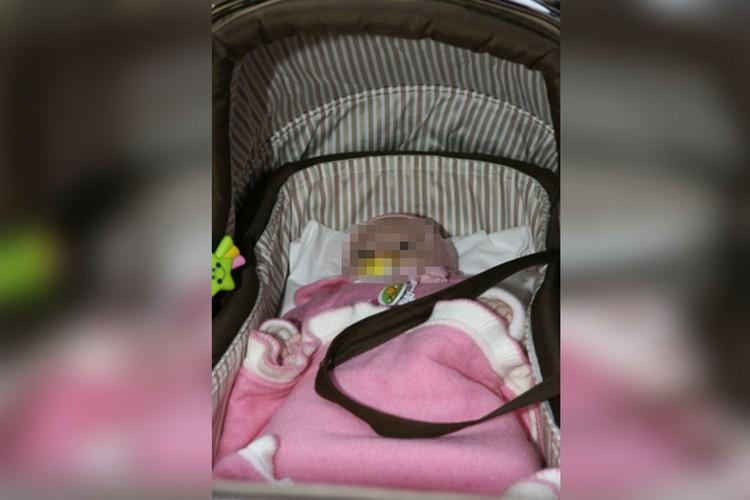 Соседи утверждают, что раньше мама постоянно гуляла с дочкой, а в последнее время все чаще отлучалась из дома