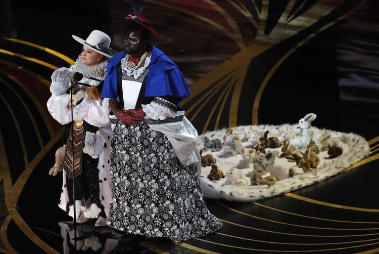 Мелисса Маккарти вручала награду в номинации «лучший дизайн костюмов»,