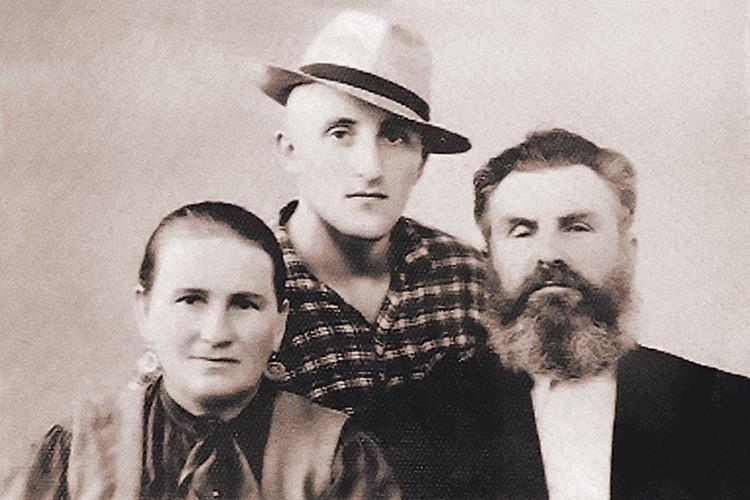 Екатерина и Сергей Тарасовы с сыном Владимиром. Семья часто вспоминала о ЧП в тундре.