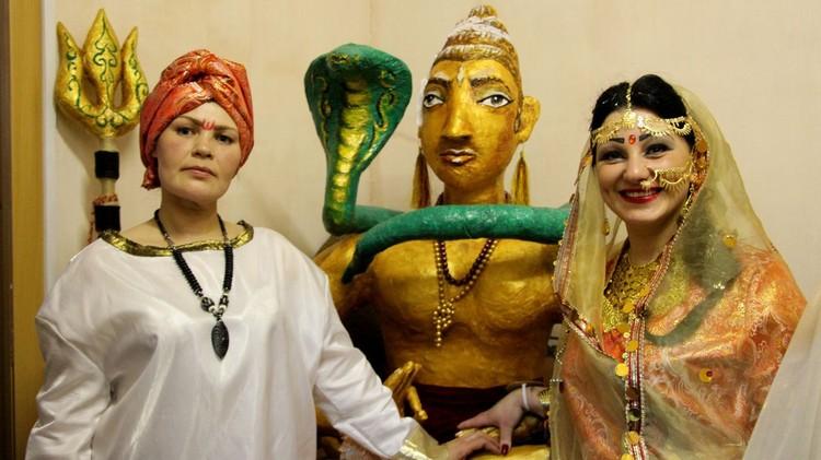 Представители Индии с фигурой ручной лепки