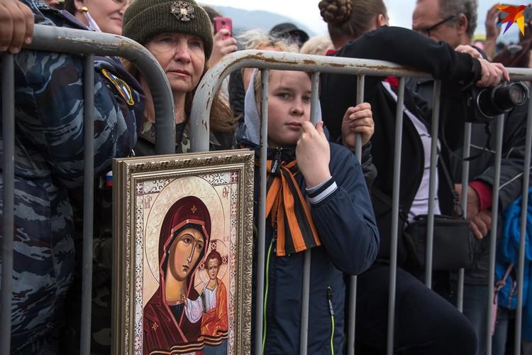Лики святых были обращены к сцене