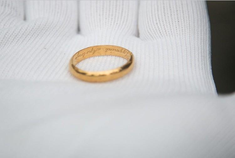 В одной из могил рядом с останками казненного человека нашли обручальное кольцо с выгравированными именами Зигмунд и Аполония. Так стало ясно, что тут похоронен и один из предводителей восстания Зигмунд Сераковский. Фото: Delfi.lt