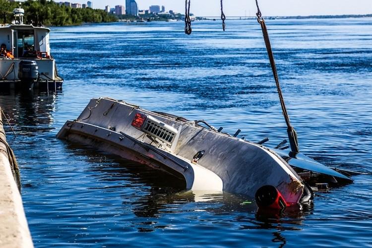 На катамаране погибли 11 человек, пятерым удалось спастись.