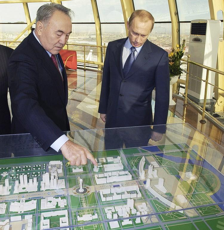 2004 год. Нурсултан Назарбаев и Владимир Путин у макета строящегося административного центра Астаны. Фото ИТАР-ТАСС\ Алексей