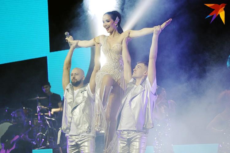 Певица меняла костюмы каждые три-четыре песни.