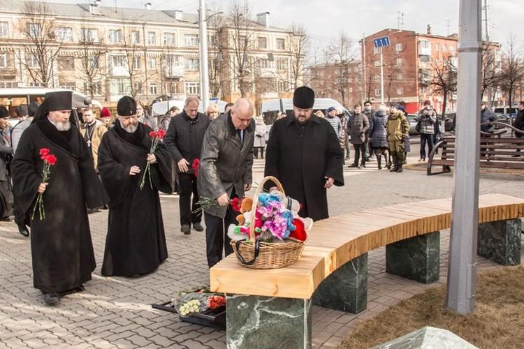 Сергей Цивилев принес цветы к стихийному мемориалу. Фото: пресс-служба АКО.