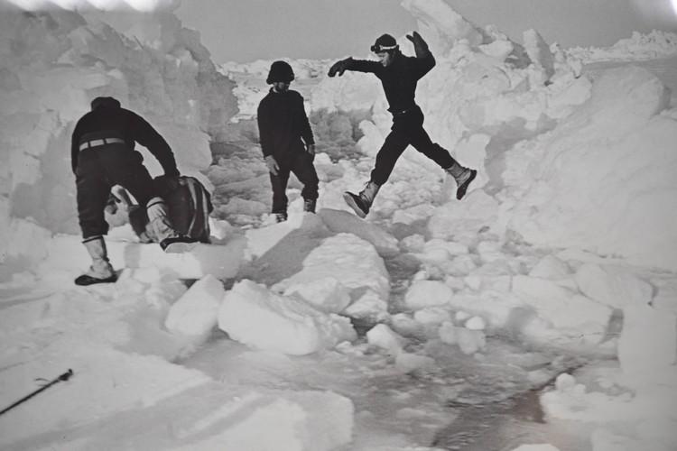 Отважные лыжники впервые в истории преодолели полторы тысячи километров через ледяную пустыню на лыжах.