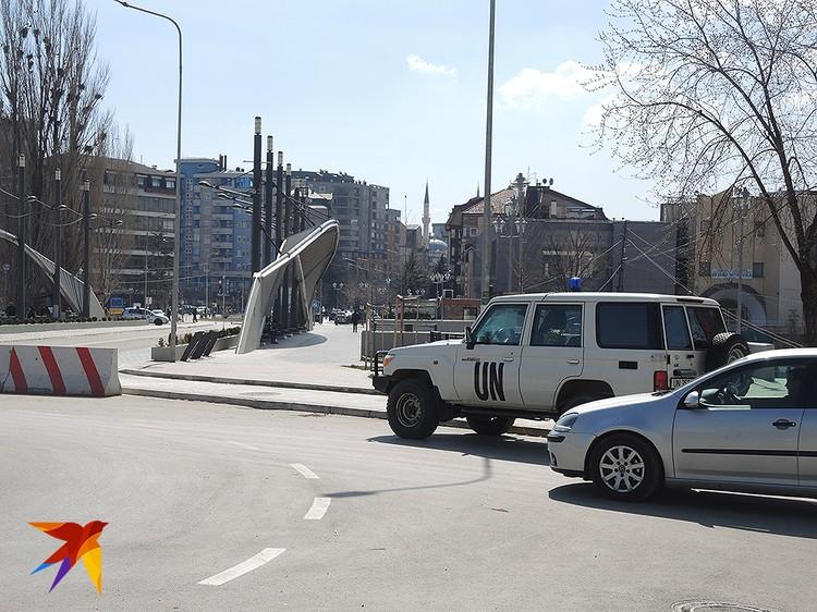 """Знаменитый """"мост ненависти"""", разделяющий сербов и албанцев в Косово."""