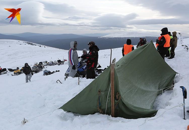 Для следственного эксперимента экспедиция «КП» и «России 1» поставила копию палатки в том же месте склона