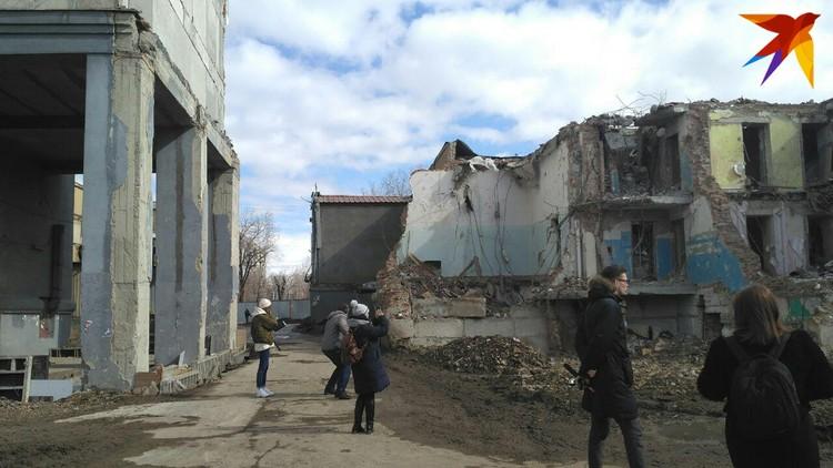 Так выглядит место взрыва сейчас. Цокольный этаж пока не демонтировали, потому что часть помещений принадлежит бизнесменам.