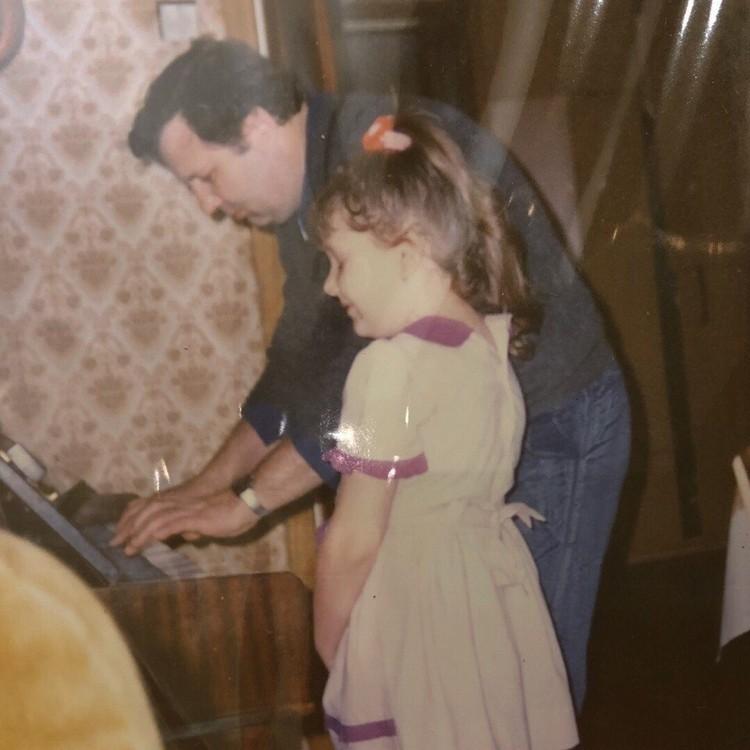 Маленькая Юля вместе с отцом.
