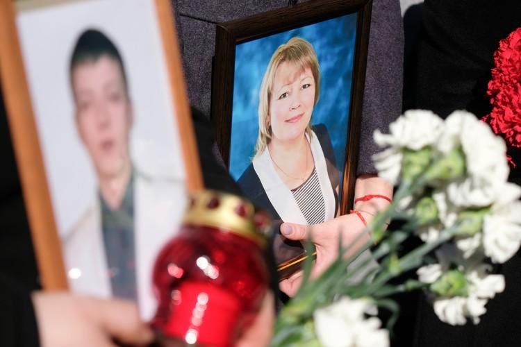 Родные погибших пришли с портретами в руках.