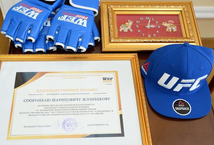 Президенту тоже вручили символические подарки