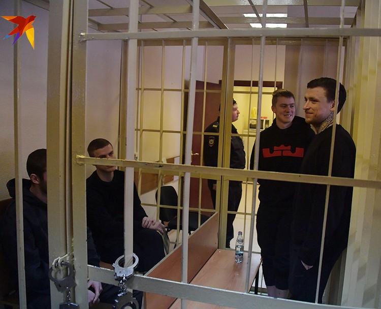 После эвакуации все вернулись в зал заседаний, где трое подсудимых извинились, кроме Кокорина-страшего