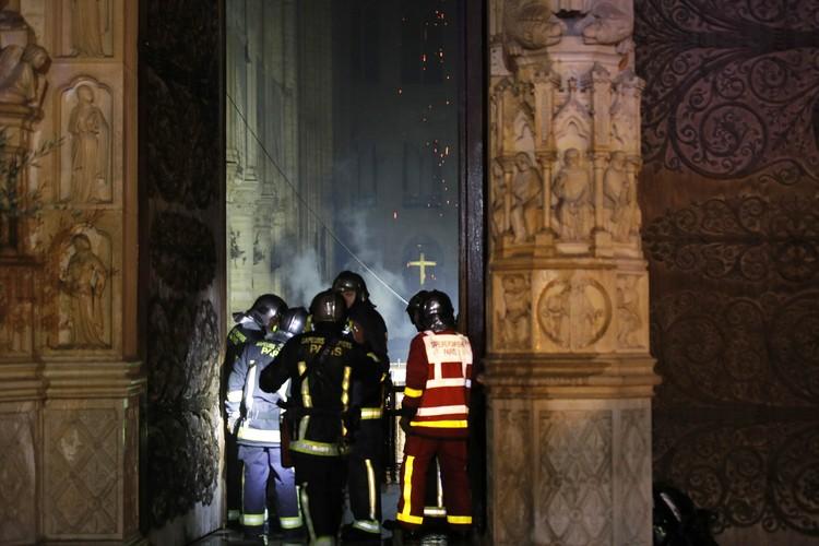 Один пожарный пострадал во время борьбы с огнем