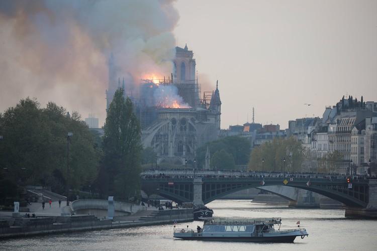 Пламя быстро распространялась по крыше