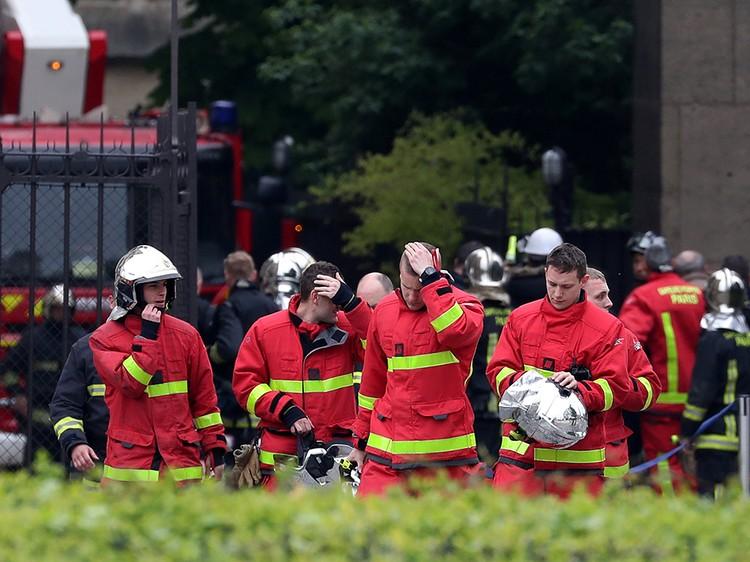 С огнем боролись четыре сотни пожарных, как минимум один из них серьезно пострадал
