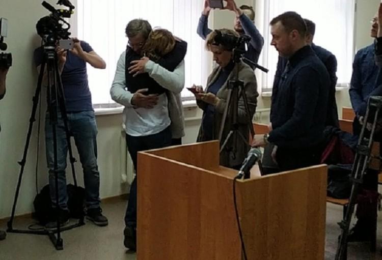 Разведенные супруги обнялись в залде суда. Фото Андрея Ястребова.