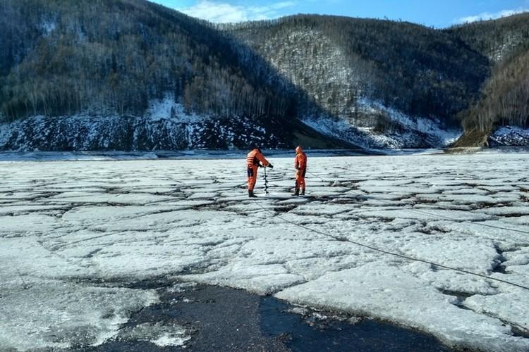 Деревья вмерзшие в лед могут забить сделанный военными проран