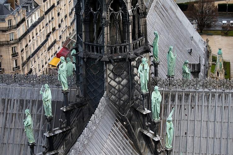 11 апреля, всего за четыре дня до пожара, статуи сняли и отправили в реставрационные мастерские