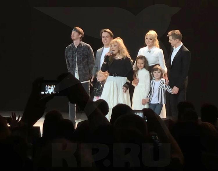 В финале Алла Пугачева вывела на сцене самых близких.