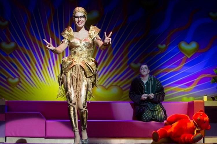 Ксения Собчак получает роли в театре через госконтракты.