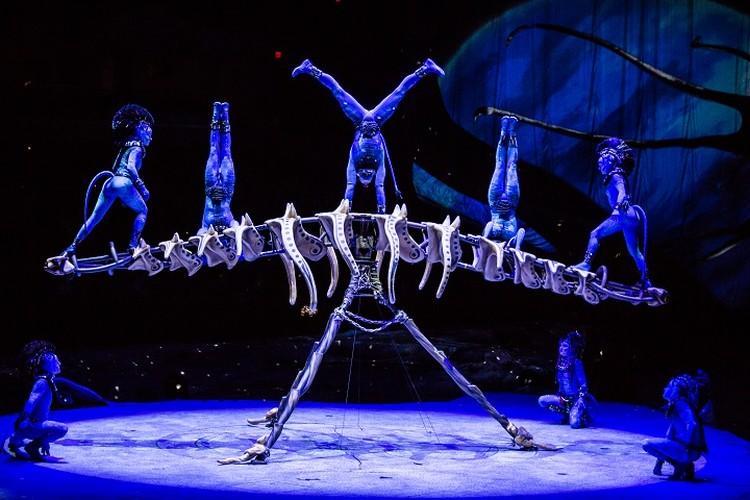 """Все артисты в синем - цвете аборигенов из """"Аватара"""". Фото: Пресс-служба Cirque du Soleil"""
