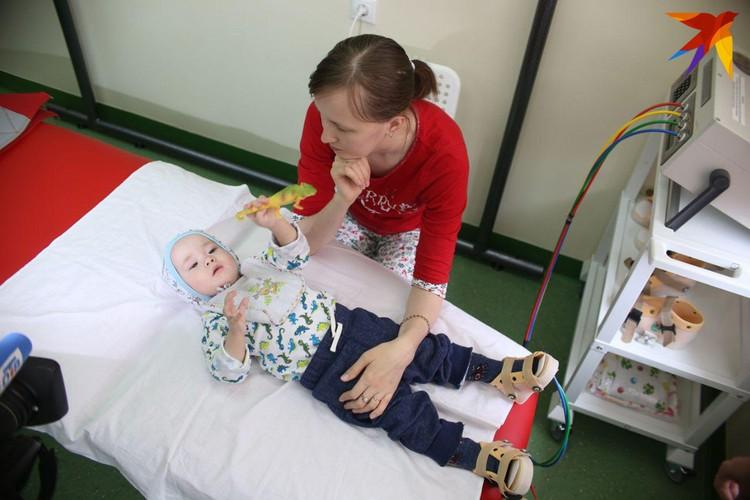 Медицинские манипуляции мальчик переносит спокойно.