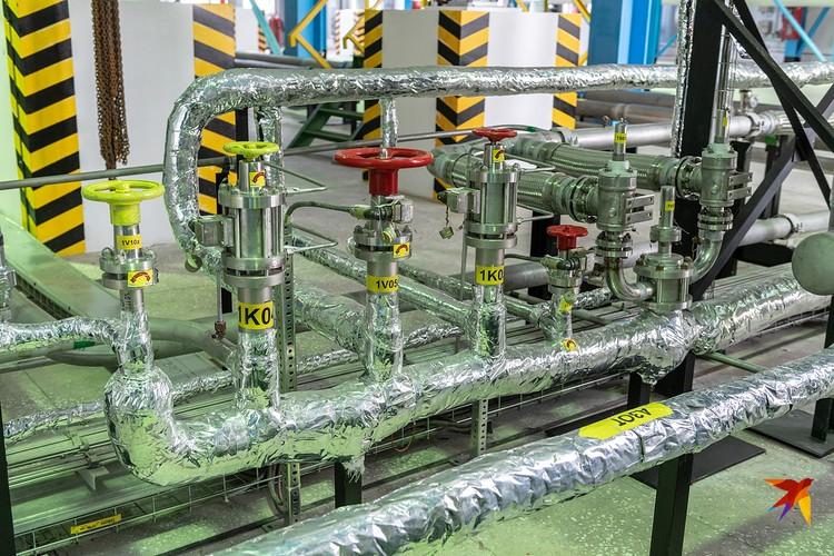 В сотне метрах от старта находится технологический блок кислорода и азота, откуда по специальным трубопроводам криогенные жидкости поступают в ракету