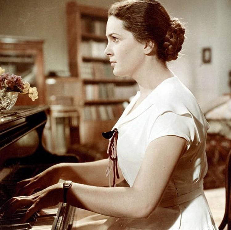 Элина Авраамовна - обладательница всевозможных государственных наград и театральных регалий, народная артистка СССР, педагог, всю себя отдала творчеству