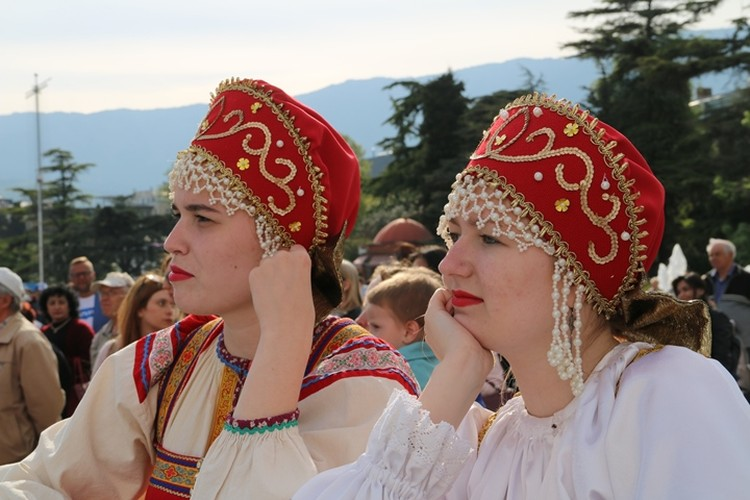 В национальных костюмах все девушки красивы.