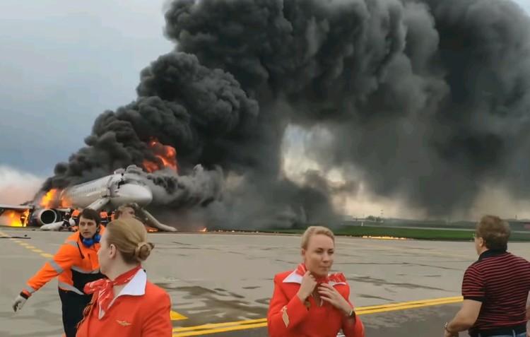 Вечером 5 мая в столичном аэропорту Шереметьево самолет Сухой Суперджет совершил неудачную аварийную посадку и загорелся. Погиб 41 человек.