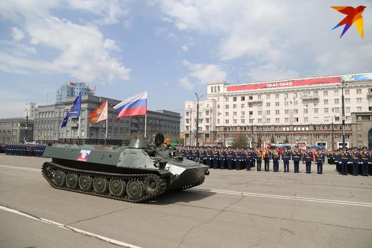 Традиционная техника парада Победы в Челябинске.