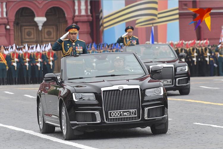 В этом году впервые советские ЗИЛы, на которых выезжают офицеры, заменили на черные кабриолеты Aurus