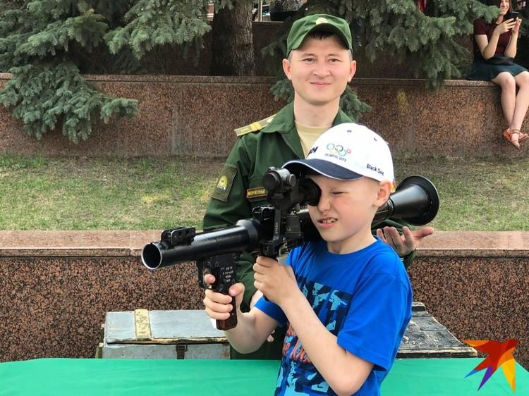 Детишек правильно учат держать оружие