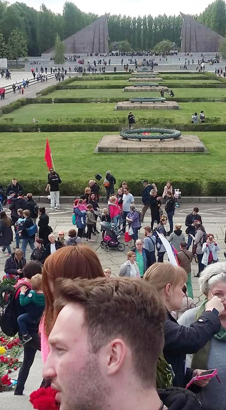 В торжествах, которые прошли в Трептов-парке германской столицы, участвовали десятки тысяч человек, в том числе и много немцев