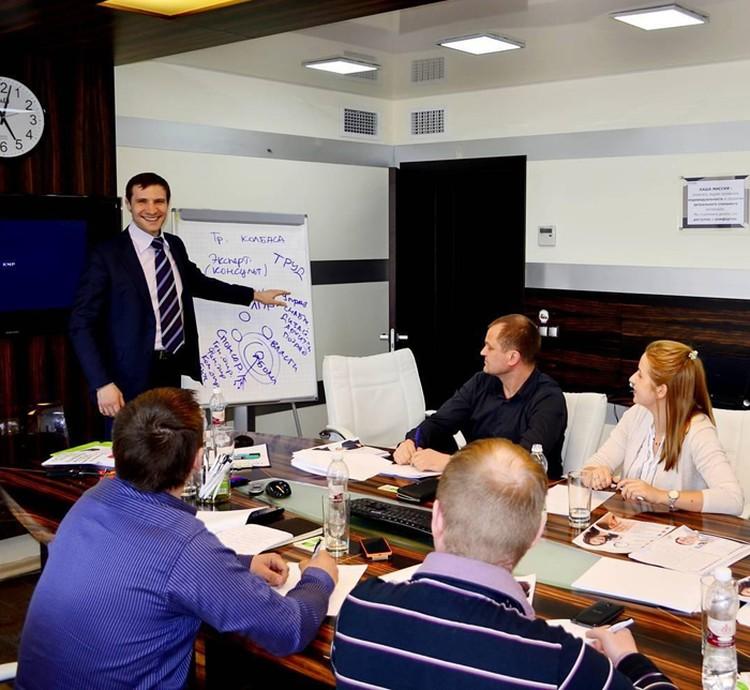 Александр Нелидов теперь ведет бизнес-тренинги в солидных компаниях