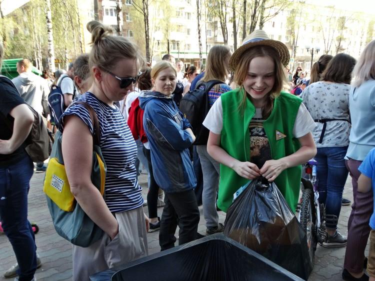 Люди приносили мусор ящиками и мешками
