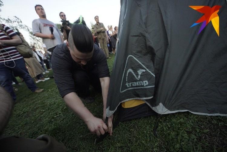 Позже появились палатки, еще позже они сменились на пледы