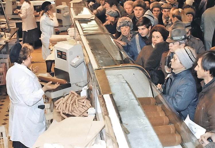 Жители Москвы стоят в очереди за мясными продуктами во время тотального дефицита товаров в СССР в начале 90-х годов.