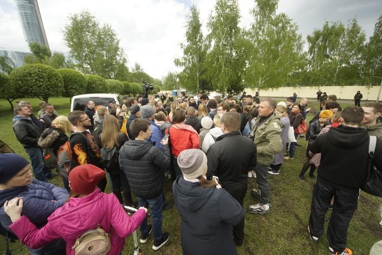 Вместе с мэром в сквер пришли десятки людей
