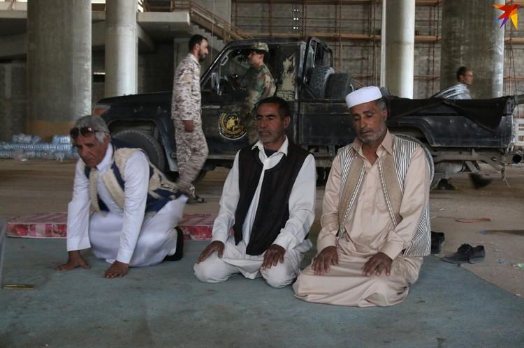 Военные молятся на позициях в аэропорту Триполи