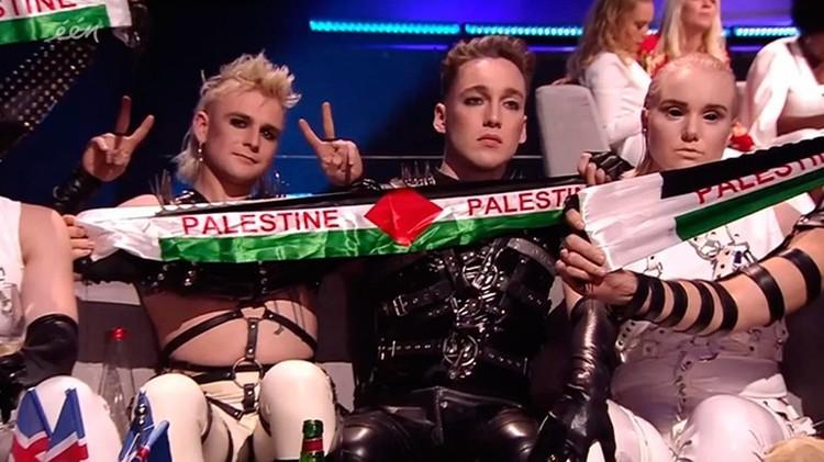 Hatari из Исландии подняли два шарфа с изображением палестинского флага и надписями «Палестина». Фото: кадр из видео