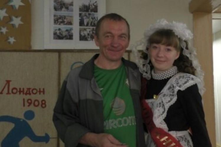 Папа Сергей и дочкой-выпускницей. Фото: семейный архив Апаликовых.