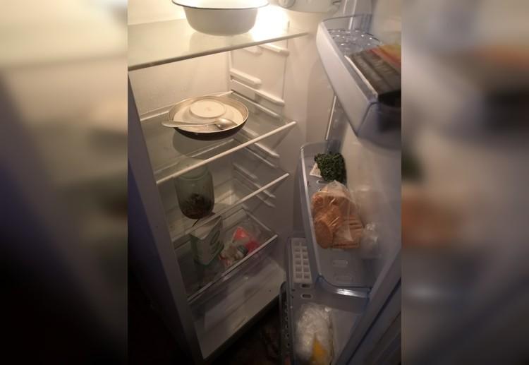 Так выглядел холодильник бабушки в день нашего неожиданного визита. На 6 тысяч пенсии - не густо. А морозилка была совершенно пуста.