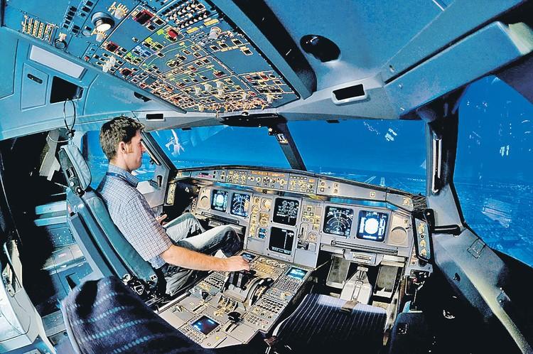 Симуляторы реалистично повторяют кабину пилота (как на фото), но стажер в них подсознательно знает - ему ничто не грозит.