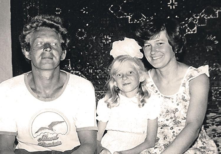 С родителями в крымском селе Уютное, 1989 год. Наташе 9 лет... Фото: Личный архив Натальи Поклонской