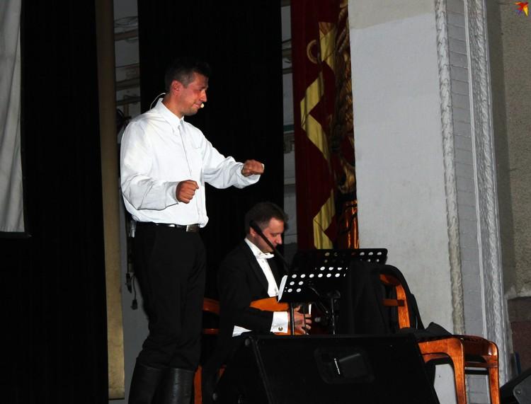 Выступление актера совпровождалось игрой на балалайке