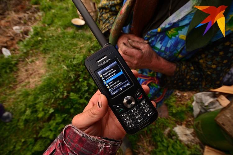 Спутниковый телефон Агафья освоила. Но иногда путается