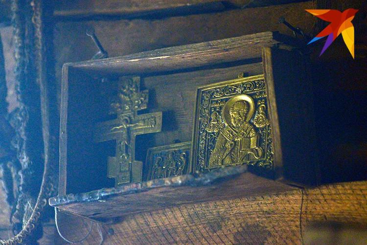 Иконостас в избушке Агафьи находится, как и принято, в восточном углу